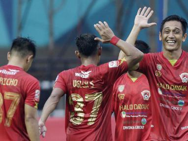 Striker Kalteng Putra, I Made Wirahadi, bersama rekan-rekannya merayakan kemenangan atas Persita Tangerang pada laga Liga 2 di Stadion Pakansari, Jawa Barat, Selasa (4/12). Kalteng menang 2-0 atas Persita. (Bola.com/M. Iqbal Ichsan)