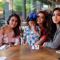 Jessica Iskandar dan Ayu Ting Ting foto bareng saat hadir acara syukuran ulang tahun Vega Darwanti (Instagram/@vegadarwanti123)