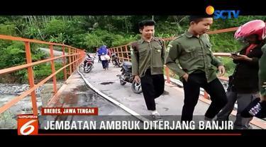 Akibat hujan deras, Jembatan Plompong di Brebes, Jawa Tengah, ambruk diterjang banjir bandang. Warga terpaksa memutar arah sejauh 20 kilometer untuk menuju wilayah kota.