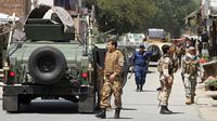 Pasukan keamanan berkumpul menyusul ledakan bom bunuh diri dan serangan bersenjata yang dilancarkan kelompok gerilyawan di Jalalabad, Selasa (31/7). Serangan di Jalalabad menargetkan kompleks Departemen Pengungsi dan Repatriasi Afghanistan. (AP Photo)