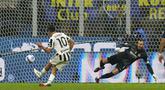 Pemain Juventus Paulo Dybala mencetak gol ke gawang Inter Milan pada pertandingan Serie A di Stadion San Siro, Milan, Italia, Minggu (24/10/2021). Pertandingan berakhir dengan skor 1-1. (AP Photo/Luca Bruno)