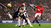 Pemain Manchester United Paul Pogba menendang bola ke gawang Newcastle United pada pertandingan Liga Inggris di Old Trafford, Manchester, Inggris, Kamis (26/12/2019). Manchester United menang 4-1 atas Newcastle United. (Martin Rickett/PA via AP)