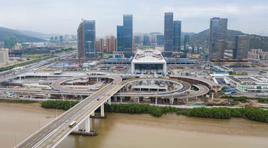 Foto dari udara pada 18 Agustus 2020 ini menunjukkan Pelabuhan Hengqin. Pelabuhan baru untuk memfasilitasi perjalanan antara Makau dan Zhuhai, Provinsi Guangdong, China selatan, ini resmi beroperasi pada Selasa (18/8). (Xinhua/Cheong Kam Ka)