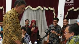 Menteri PPN/Kepala Bappenas Bambang Brodjonegoro saat bertanding dengan Grand Master Catur Indonesia Cerdas Barus dalam acara Porseni 2018 di kantor Kementerian PPN/Bappenas, Jakarta, Jumat (14/9). (Liputan6.com/HO/Bappenas)