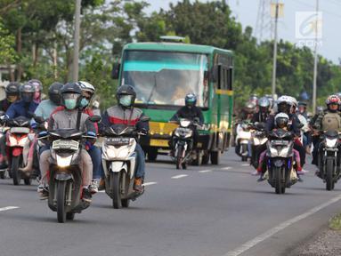 Sejumlah pemudik pengguna kendaraan roda dua melintasi Jalur Pantura Cirebon, Jawa Barat, Kamis, (29/6). Memasuki H+4 Lebaran jalur Pantura Cirebon mengarah ke Jakarta mulai dipadati pemudik pengguna kendaraan bermotor roda dua (Liputan6.com/Helmi Afandi)