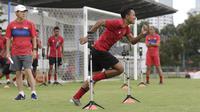 Pemain Timnas Indonesia saat latihan di Lapangan G, Senayan, Jakarta, Rabu, (19/2/2020). Pada sesi latihan kali ini Timnas menjalani tes fisik dengan menggunakan alat Smart Gate. (Bola.com/M Iqbal Ichsan)