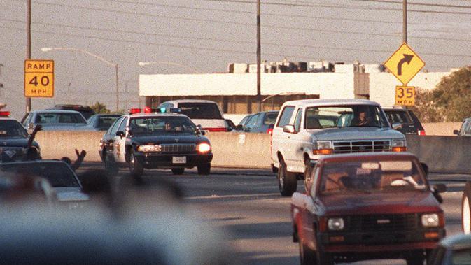 Pengejaran mobil putih Ford Bronco dengan penumpang mantan atlet American Football, O. J. Simpson, yang menjadi tersangka pembunuhan pada 17 Juni 1994. (AFP/Mike Nelson)