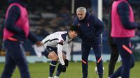 Striker Tottenham Hotspur, Son Heung-Min dihibur manajer tim, Jose Mourinho usai berakhirnya laga babak kelima Piala FA 2020/21 melawan Everton di Goodison Park, Rabu (10/2/2021). Tottenham kalah 4-5 (4-4) dari Everton melalui extra time. (AFP/Clive Brunskill/Pool)