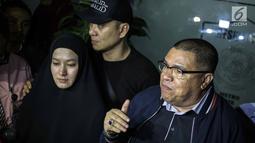 Ekspresi artis Lyra Virna saat bersama kuasa hukumnya Razman Nasution memberi keterangan usai menjalani pemeriksaan di Polda Metro Jaya, Kamis (22/3). Lyra Virna diperiksa hampir lima jam. (Liputan6.com/Faizal Fanani)