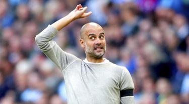 Pelatih Manchester City, Pep Guardiola, memberikan arahan kepada anak asuhnya saat melawan Brighton and Hove Albion pada laga Premier Leauge 2019 di Stadion Etihad, Sabtu (31/8). Manchester City menang 4 gol tanpa balas. (AP/Nick Potts)