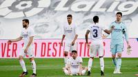 Para pemain Real Madrid tampak lesu meski berhasil menaklukkan Villarreal pada laga Liga Spanyol di Stadion Alfredo di Stefano, Sabtu (22/5/2021). Real Madrid menang dengan skor 2-1. (AFP/Javier Soriano)