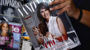 Majalah Vanity Fair Mexico edisi Februari, dengan cover bergambar Melania Trump di sebuah lapak di Meksiko, 30 Januari 2017. Melania berpose melilitkan berlian dengan menggunakan garpu layaknya akan menyantap spagheti. (PEDRO PARDO/AFP)