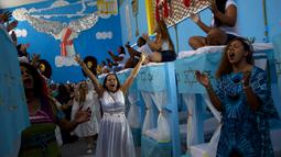 Narapidana wanita beragam kostum tampil dalam acara Natal tahunan di Penjara Nelson Hungria, Rio de Janeiro, Brasil, Kamis (13/12). Para narapidana sedang menjalani hukuman karena pelanggaran perampokan hingga pembunuhan. (AP Photo/Silvia Izquierdo)