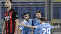 Tampak pemain AC Milan lesu pada saat penggawa Lazio merayakan keberhasilan di ajang Liga Italia. (Filippo MONTEFORTE / AFP)