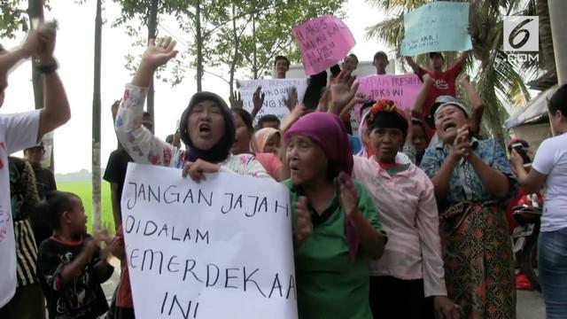 Puluhan warga desa kali baru, Kecamatan Paku Haji, Tangerang, pada rabu siang, melakukan aksi demonstrasi guna menuntut dibukanya akses jalan yang mengubungkan akses pemukiman warga.