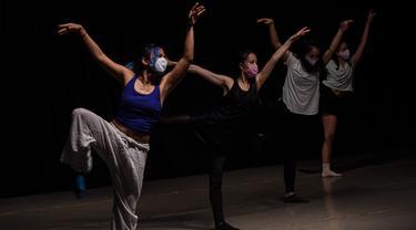 Anggota Ballet Sumber Cipta mengenakan masker saat latihan jelang pertunjukan balet virtual To Live To Love To Dance, Jakarta, Minggu (25/7/2020). Di tengah pandemi COVID-19, Ballet Sumber Cipta akan tampil dalam pertunjukan balet virtual pertama mereka pada 26 Juli 2020. (Xinhua/Agung Kuncahya B.)