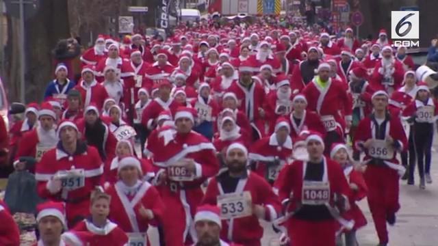 Ratusan pelari mengenakan kostum sinterklas di Jerman. Berpartisipasi dalam acara Santa Run ke-10.