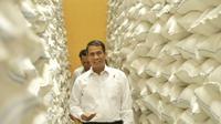 Menteri Pertanian (Mentan) Amran Sulaiman Inspeksi Mendadak (Sidak) ke gudang beras Bulog Sub Divre Kediri.