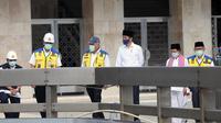 Presiden Joko Widodo (tengah) meninjau perkembangan renovasi Masjid Istiqlal di Jakarta, Selasa (2/6/2020). Menurut Presiden Jokowi, renovasi Masjid Istiqlal kini sudah mencapai 90 persen dan rencananya akan dibuka pada Juli mendatang.  (Warta Kota/Pool-Alex Suban)