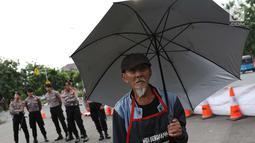 Aktivis JSKK saat menggelar aksi Kamisan ke-538 di depan Istana Negara, Jakarta, Kamis (17/5). Aksi tersebut sekaligus memeringati 20 tahun reformasi yang dinilai gagal mewujudkan enam agenda reformasi. (Liputan6.com/Immanuel Antonius)
