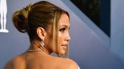 Aktris dan penyanyi Jennifer Lopez menghadiri ajang Screen Actors Guild Awards atau SAG Awards 2020 ke-26 di Shrine Auditorium Los Angeles, Minggu (19/1/2020). JLo menata rambutnya ke belakang dengan sedikit helaian dibiarkan jatuh membingkai wajahnya. (Frederic J. Brown/AFP)
