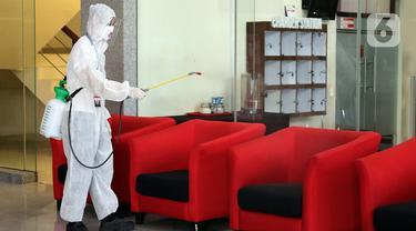 Gedung KPK Rutin Disemprot Disinfektan