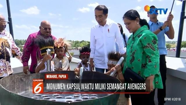 Ditemani sang istri, Presiden Jokowi resmikan monumen kapsul waktu di Merauke, Papua. Jokowi berpesan agar bangsa Indonesia menanamkan semangat Avengers.