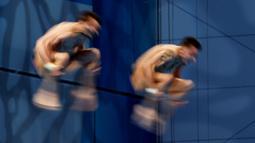 Perenang Rusia, Aleksandr Bondar dan Viktor Minibaev saat beraksi di nomor lompat indah sinkronisasi pada ajang Kejuaraan Akuatik Eropa di Duna Arena, Budapest, Hungaria, (15/5/2021). (AFP/Attila Kisbendek)