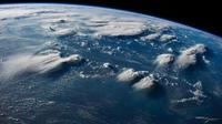 Citra satelit dimanfaatkan untuk membantu Indonesia selama beberapa minggu dan bulan mendatang pascabencana. Di sini, petir dapat dilihat di dekat pulau Kalimantan pada tahun 2014, dari atas Stasiun Angkasa Luar Internasional. (REDI WISEMAN / NASA)