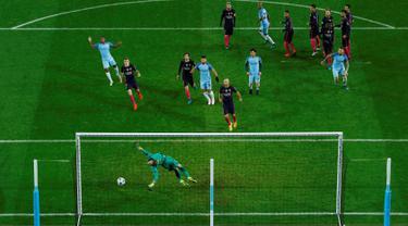 Kiper Barcelona, Marc-André ter Stegen gagal menghalau bola tendangan bebas Kevin De Bruyne pada pertandingan grup C Liga Champions di stadion Etihad, Manchester, (2/11). City menang atas Barcelona dengan skor 3-1. (Reuters/Jason Cairnduff)