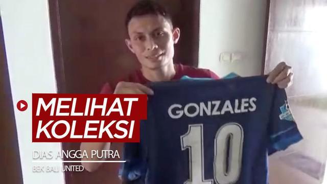 Berita video melihat koleksi sepatu dan jersey yang dimiliki bek Bali United, Dias Angga Putra.