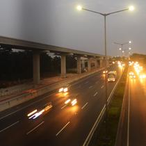 Pengendara mobil melintas di jalur contraflow ruas Tol Jakarta-Cikampek kawasan Jatiwaringin, Bekasi, Rabu (20/6). Hal itu dilakukan guna mengantisipasi kemacetan mengingat padatnya volume kendaraan terutama pada musim arus balik (Merdeka.com/Imam Buhori)