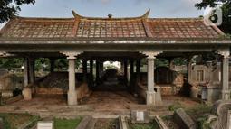 Kondisi makam warga keturunan China di TPU Kebon Nanas, Jakarta, Selasa (21/1/2020). Ratusan kuburan yang sudah ada sejak puluhan tahun lalu tersebut perlahan tergeser oleh kuburan warga setempat karena keterbatasan lahan. (merdeka.com/Iqbal Nugroho)