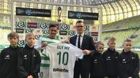 Pemain tim nasional Indonesia, Egy Maulana Vikri, resmi bergabung dengan klub elit Polandia, Lechia Gdansk, Minggu (11/3/2018). (Dok Lechia)