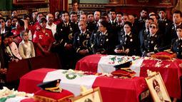 Rekan kerja menggunakan seragam saat menghadiri prosesi upacara pemakaman di gereja, Kota Lima, Peru (21/10). Sebelumnya, tiga petugas pemadam kebakaran tewas saat bertugas memadamkan api di sebuah pabrik sepatu di Kota Lima. (Reuters/Guadalupe Pardo)