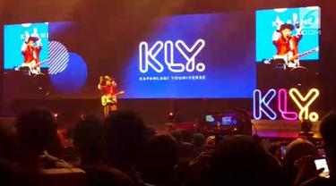 Lewat beberapa singlenya, Kunto Aji mampu menyihir para penonton di XYZ Day 2018.
