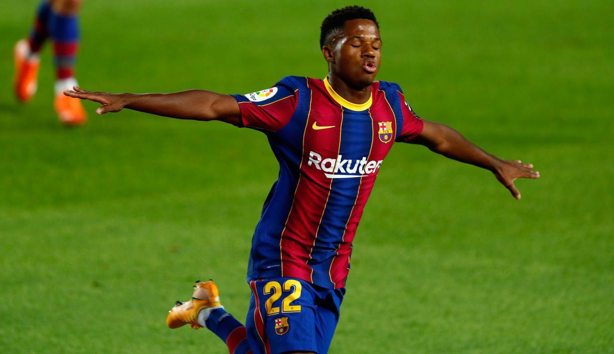 Penyerang Barcelona, Ansu Fati berselebrasi usai mencetak gol pembuka ke gawang Villarreal pada laga Liga Spanyol di Stadion Nou Camp, Senin (28/9/2020) dini hari. Barcelona menang telak dari Villarreal dengan skor 4-0. (AP Photo/Joan Monfort)