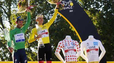 Tadej Pogacar (kanan) berhasil mempertahankan gelar juara di Tour de France 2021. Dirinya bahkan rebut tiga gelar kategori sekaligus, yaitu klasifikasi umum, klasifikasi pegunungan, dan klasifikasi pembalap muda. Sementara klasifikasi poin disabet oleh Mark Cavendish. (Foto: AFP/Thomas Samson)