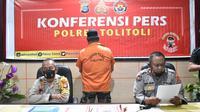 Konferensi pers Polres Tolitoli tentang pengungkapan kasus korupsi Dana Desa dengan tersangkan mantan Kades Tampiala, Kecamatan Dampal Selatan, Sabtu (23/01/2021). (Foto: Humas Polres Tolitoli).