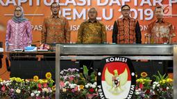Ketua KPU Arief Budiman bersama Komisoner KPU saat menghadiri Rapat Pleno di Gedung, KPU, Jakarta, Senin (8/4). Rapat pleno tersebut membahas Rekapitulasi Daftar Pemilih Pemilu 2019 pasca-putusan Mahkamah Konstitusi (MK). (Liputan6.com/Johan Tallo)