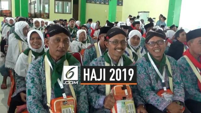 Calon Jemaah asal Jepara menggunakan Blangkon yang merupakan ciri khas suku Jawa. Blangkon dikenakan untuk berkoordinasi dan mudah dikenali saat di Tanah Suci.