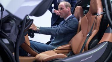 Pangeran William duduk di kursi pengemudi mobil McLaren 720S saat berkunjung ke McLaren Automotive Production Center di Woking (12/9). McLaren 720S ini adalah generasi kedua supercar dari pabrikan otomotif Inggris. (AFP Photo/Pool/Chris J Ratcliffe)