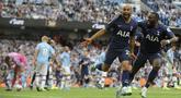 Gelandang Tottenham Hostpur, Lucas Moura (kiri) berselebrasi usai mencetak gol ke gawang Manchester City pada pertandingan lanjutan Liga Inggris di stadion Etihad (17/8/2019). City dan Tottenham bermain imbang 2-2. (AP Photo/Rui Vieira)