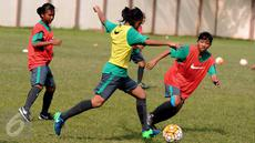 Pemain Timnas Putri Indonesia U-15 berebut bola saat latihan di Lapangan GOR Sunter, Jakarta, Kamis (4/5). Latihan ini persiapan mengikuti ajang Piala AFF U-15 putri 2017 yang digelar di Laos, 7-20 Mei mendatang. (Liputan6.com/Helmi Fithriansyah)