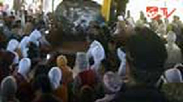 Peziarah makam Bung Karno dilarang mendekati makam, sebelum Wapres Boediono datang berziarah. Mereka menunggu selama enam jam.