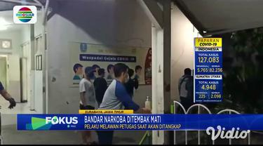 Seorang bandar narkoba jaringan Lembaga Pemasyarakatan di Jawa Timur, ditembak mati anggota Satnarkoba Polrestabes Surabaya, karena melawan saat diringkus. Jasad tersangka bandar narkoba V (25), warga Wonokromo Surabaya, tiba di kamar mayat, RSUD Dr ...