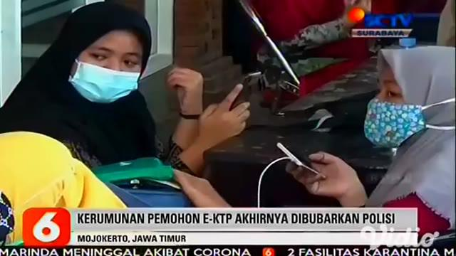 Kantor Dinas Kependudukan dan Pencatatan Sipil di Mojokerto digeruduk puluhan warga pemohon e-KTP, Sabtu (21/11). Mereka saling berdesakan berebut mengambil nomor antrean untuk perekaman e-KTP.