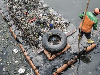 Petugas UPK Badan Air Dinas Lingkungan Hidup saat membersihkan sampah yang mencemari Waduk Cincin, Jakarta Utara, Rabu (23/6/2021). Pengerukan sampah dilakukan secara rutin guna menjaga kebersihan dan keindahan waduk, terutama saat memasuki musim penghujan. (merdeka.com/Iqbal S Nugroho)