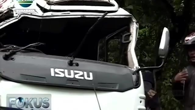 Diduga karena mengalami rem blong, sebuah minibus berpenumpang 15 mahasiswa asal Pamekasan melaju tak terkendali dan menabrak tebing di jalur tengkorak Sengkan Mayit, Lereng Ijen, Banyuwangi, Jawa Timur.