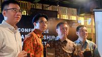 CEO Erajaya Group, Hasan Aula (kedua dari kanan) di press conference Strategic Partnership 4G Ecosystem di Jakarta, Rabu (26/4/2017). (Liputan6.com/Andina Librianty)